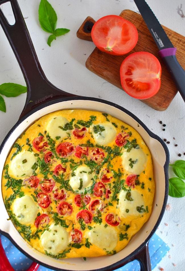 Omlet Z Mini Mozzarella Pomidorkami Koktajlowymi I Swieza Bazylia