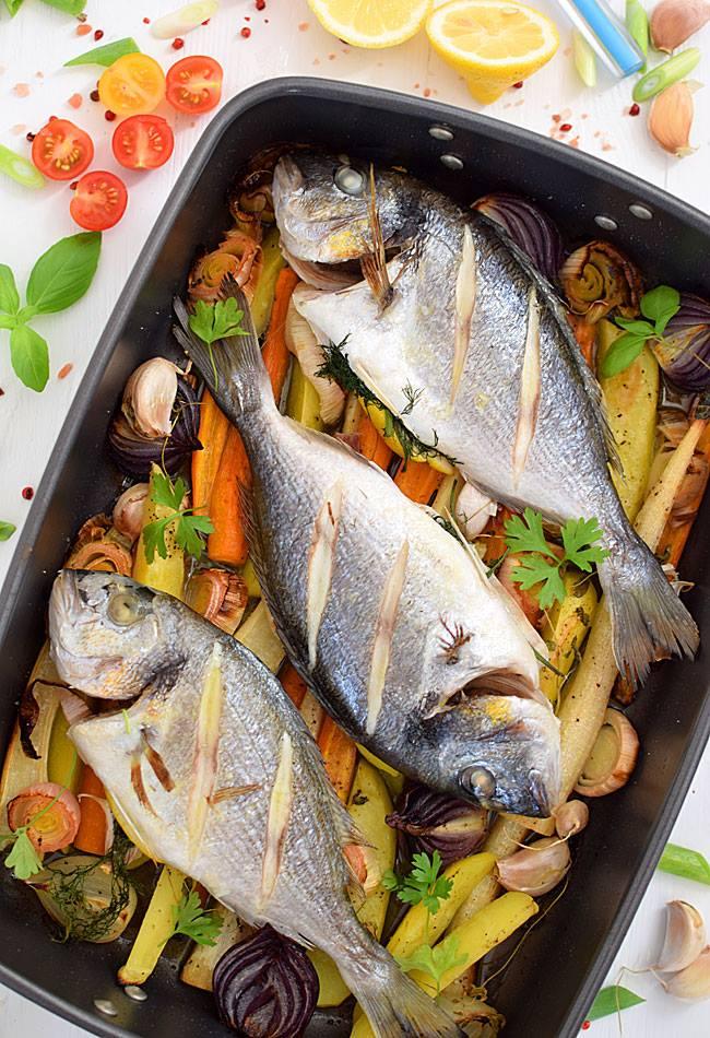 Pyszna ryba pieczona na warzywach