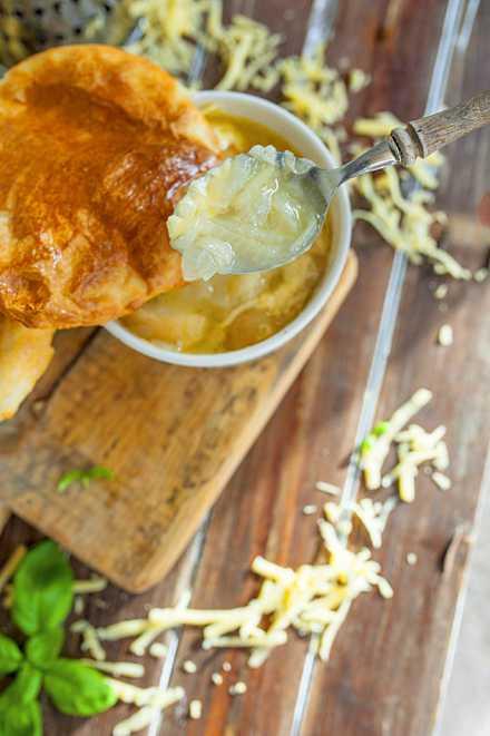Francuska Zupa Cebulowa Pod Pierzynką